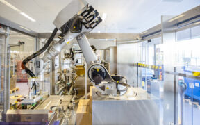 Hoogtechnologische spuitenverpakkingslijn bij Pfizer in Puurs. © Wim Kempenaers