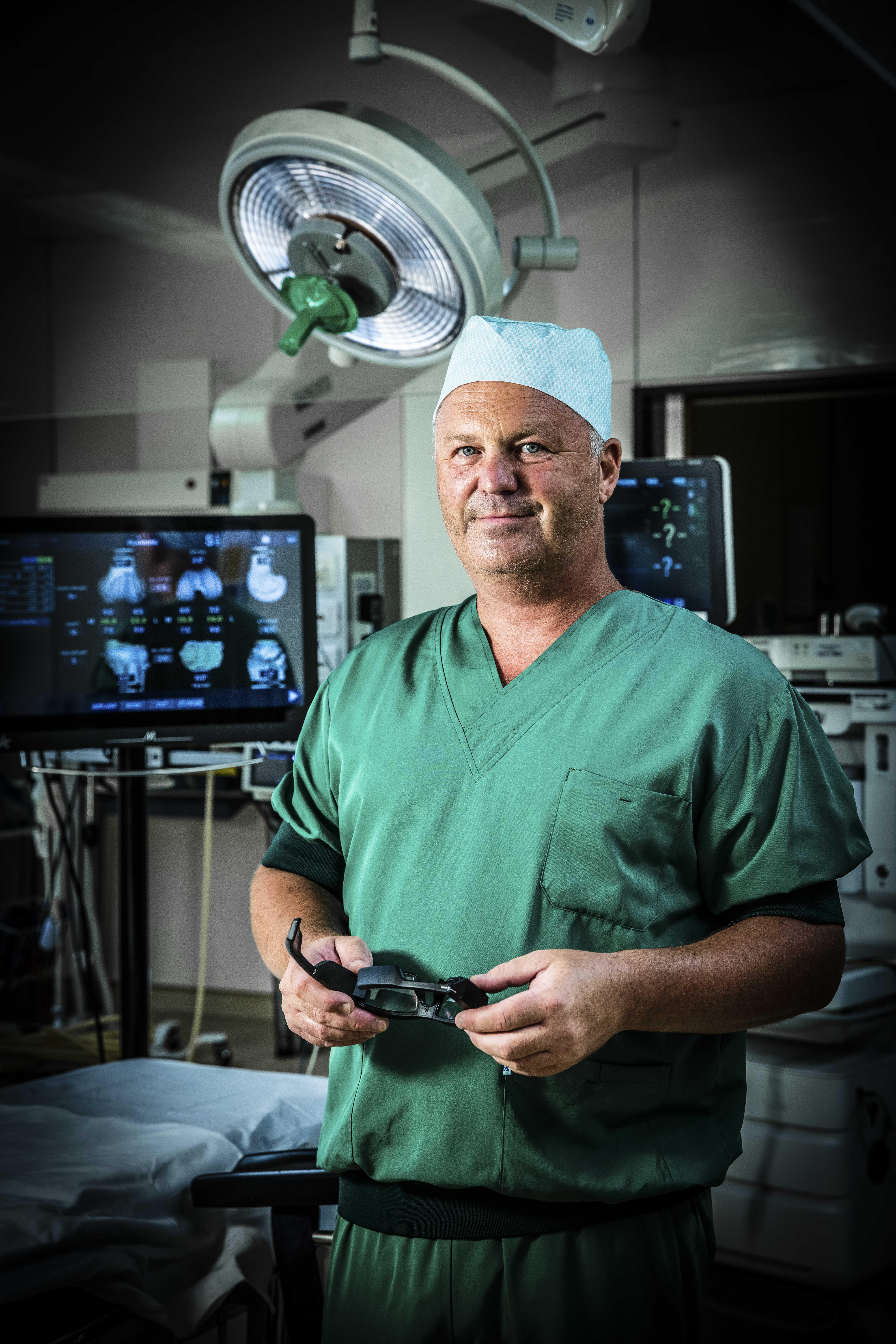 Dr. Geert Peersman van ZNA Stuivenberg met de AR-bril van NextAR. (Credit: Ziekenhuis Netwerk Antwerpen / Dirk Kestens)
