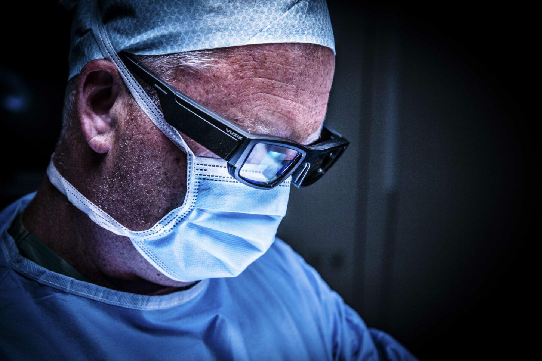 De augmented-reality-bril van NextAR toont de chirurg tijdens de ingreep extra informatie in real time en 3D over de knie en weke delen. (Credit: Ziekenhuis Netwerk Antwerpen / Dirk Kestens)